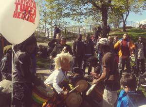 Maailma kylässä -festivaalilla oli ihana tunnelma. Afrikkalaiset rummut virittivät olotilan alkujuurille ja näiden rumpumaistereiden menoa oli ilo seurata.